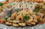 Fischplatte mit frischer Auswahl an Meeresfrüchten