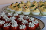 Gefüllte Eier und gefüllte Tomaten mit Frischkäse
