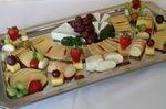 Platte mit verschiedenen Käsevariationen